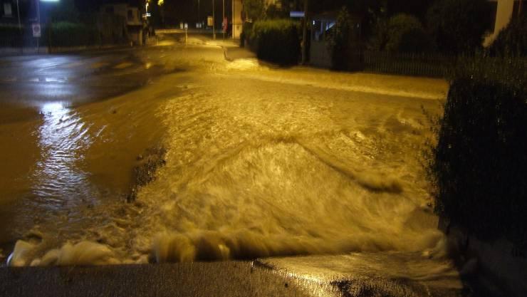 Reissender Bach: Die Therwilerstrasse wurde überflutet. (Kapo BL)