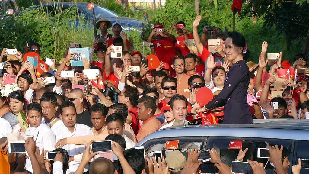 Aung San Suu Kyi wird in Rangun von zehntausenden Anhängern empfangen.