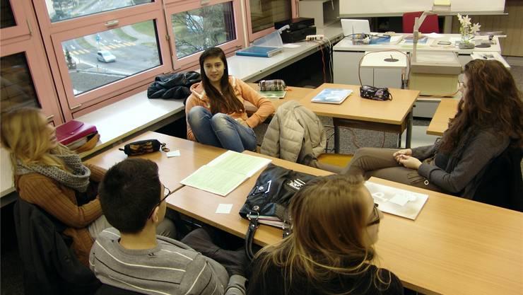 «Es ist gut, frei arbeiten zu können»: Schülerinnen und Schüler der 3. Sek Urdorf im Projektunterricht. FUO