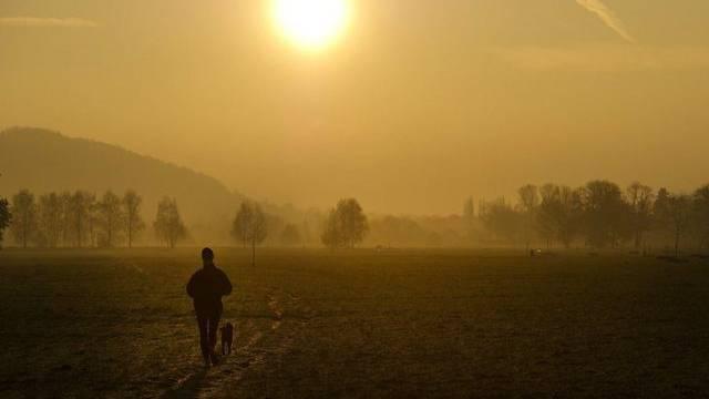 Spaziergang bei Sonnenaufgang (Symbolbild)
