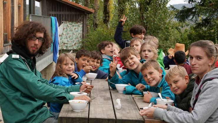 Kinder der Pfadi Nussbaumen beim Essen der selbstgekochten Suppe