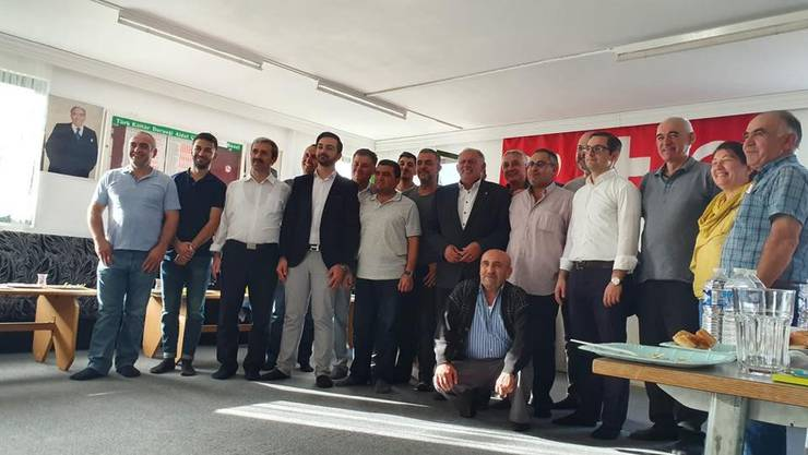 Luca Urgese (FDP, 4. v. r.) und Eduard Rutschmann (SVP, 6. v. r.) posieren nach dem Wahlpodium mit den Anhängern der Mevlana-Moschee. (zvg / facebook)