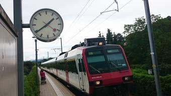 Die S-Bahn, die laut Fahrplan um 13.46 Uhr in Klingnau hält und um 13.47 Uhr losfährt, trifft am Montag schon um 13.39 Uhr ein - aber nur auf dieser Uhr.