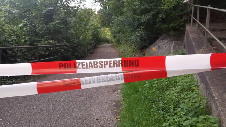 Die Polizeiabsperrung an der Limmatpromenade in Baden nach dem Felssturz