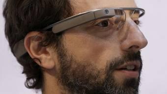 Google-Gründer Sergey Brin trägt eine Datenbrille.