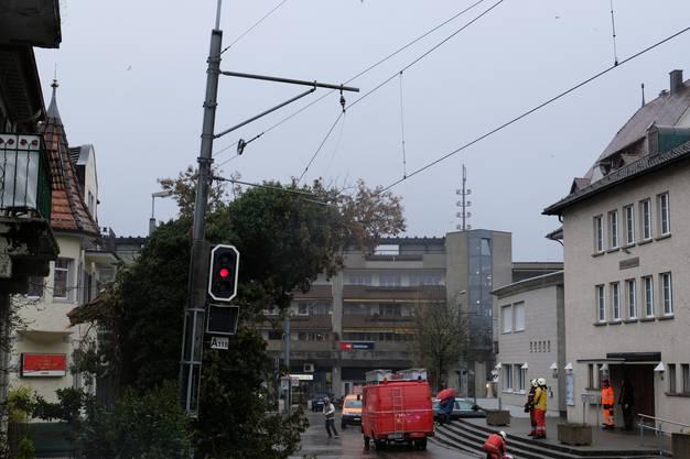 Die Feuerwehr Dietikon konnte den Baum entfernen. Die Bahn fährt wieder planmässig.