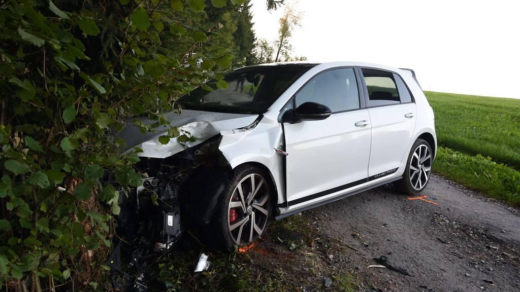 Strolchenfahrt endet im Baum – Auto ruiniert