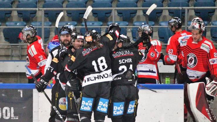 Der EHC Basel bejubelt den Sieg.