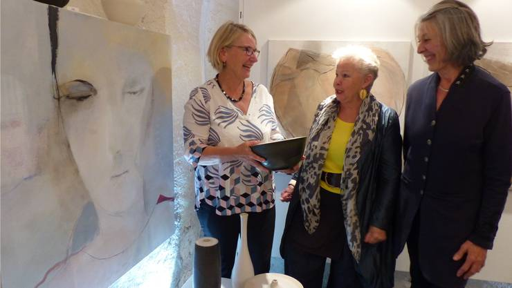Die ausstellenden Künstlerinnen (von links) Iris Weiss-Kapeller, Esther Naef, Verena Bischofberger.Bild: Ingrid Arndt