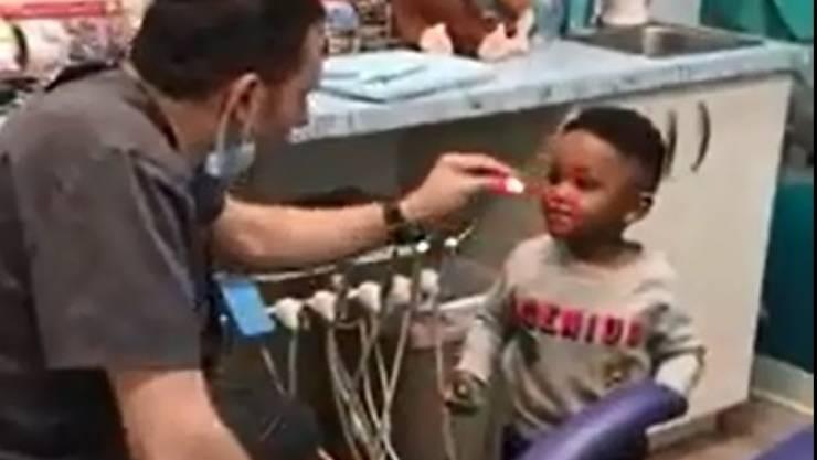 Zahnarzt Eyal Simchi aus dem US-Staat New Jersey versucht seine nervösen Patienten mit Zaubertricks zu beruhigen.