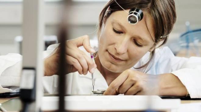 Die Uhrmacherinnen und Uhrmacher verdienen in diesem Jahr deutlich weniger. Foto: Keystone
