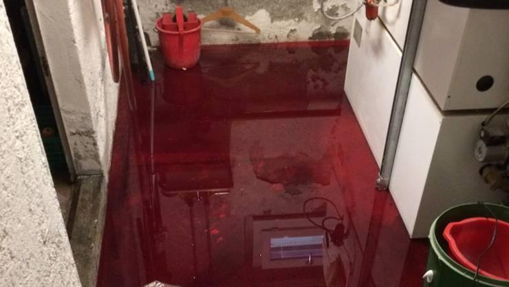 Beim Befüllen eines Erdtanks mit Erdöl trat aus noch ungeklärten Gründen über 1600 Liter Heizöl aus.