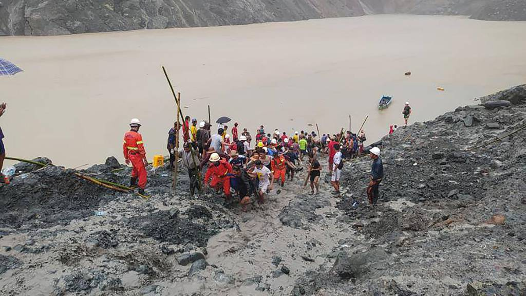 HANDOUT - Rettungskräfte sind nach einem Erdrutsch in einem Jade-Bergwerk im Einsatz. Mindestens 110 Arbeiter sind daei gestorben. Foto: Feuerwehr Myanmar/dpa - ACHTUNG: Nur zur redaktionellen Verwendung im Zusammenhang mit der aktuellen Berichterstattung und nur mit vollständiger Nennung des vorstehenden Credits