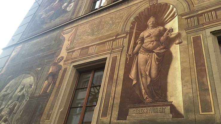 Das Gericht, das im Ratshaus in Schwyz tagte, hat einen Sohn für den Mord an seiner Mutter verurteilt.