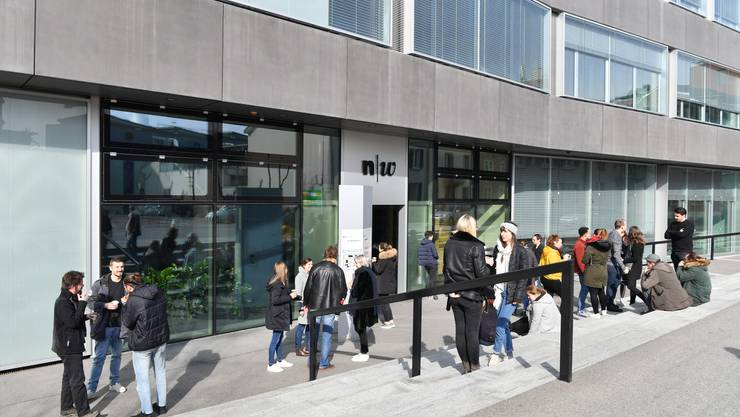 Studentinnen und Studenten verweilen vor dem Gebäude der Fachhochschule: In Olten leben mehr junge Leute zwischen 20 und 29 Jahren als im Jahr 2000, so das Resultat einer Maturaarbeit.