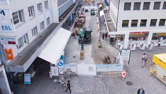 In der Mitte, zwischen den Abschrankungen, geht gar nichts. Das Foto der Igelweid-Baustelle wurde am Mittwoch gemacht. Links und rechts der Gitter sind die schmalen Passagen zu sehen.