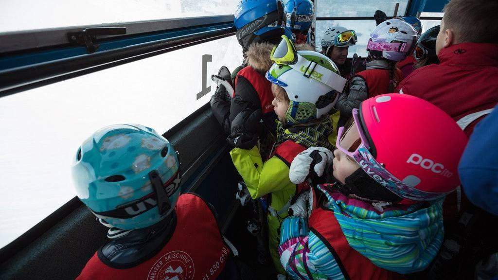 Ob jung oder alt - alle tragen einen Helm.