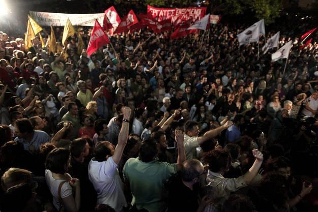 Vor dem Gebäude des Staatssenders demonstrieren Hunderte.