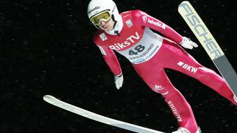 Simon Ammann fliegt durch den Nachthimmel von Vikersund