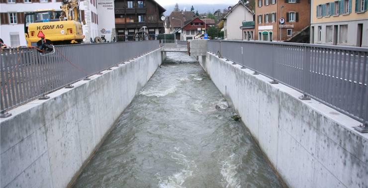 Im Dorfzentrum musste der Aabach wegen des engen Platzes in einen Kanal gezwängt werden.