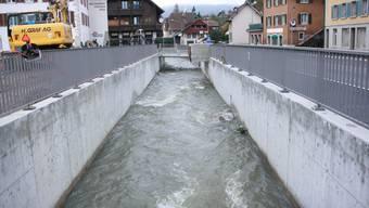 Der Aabach musste sich wegen des engen Platzes in einen Kanal gezwängt werden.
