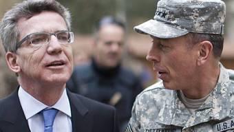 Der deutsche Verteidigunsminister De Maizière (l.) mit US-General Petraeus