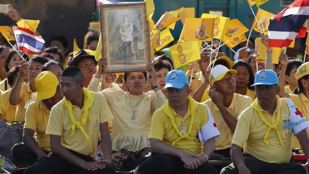 Die Regierung hatte die Bevölkerung aufgefordert, zu Ehren des Königs Gelb zu tragen.