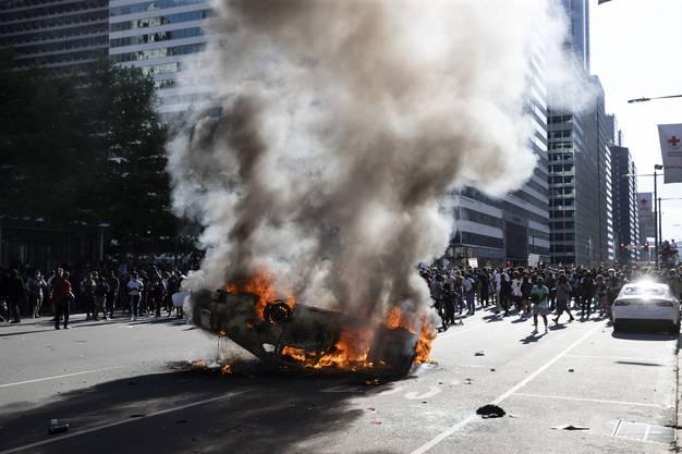 Ein Polizeiauto brennt lichterloh in Philadelphia