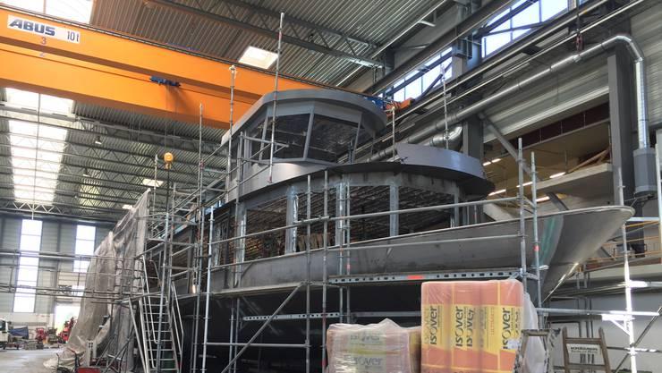 Das neue Hallwilersee-Schiff «MS 2018» am Donnerstag in der Lux-Werft in Mondorf (zwischen Bonn und Köln). Nächste Woche werden auf dem Hauptdeck die Fenster eingebaut.