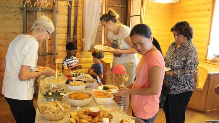 Köstlichkeiten von verschiedenen Kulturen auf einem Teller