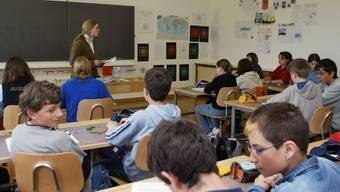 Für Lehrpersonen mit befristeten Verträgen soll ab Sommer nach Lösungen gesucht werden. (Symbolbild)