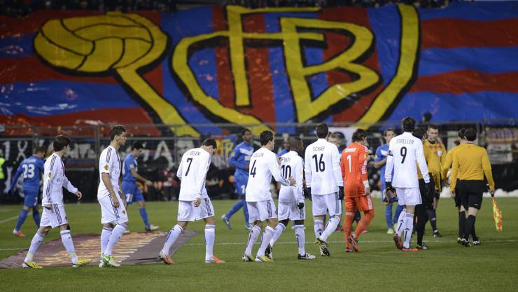 Die FCB-Fans heissen ihre Basler Helden willkommen