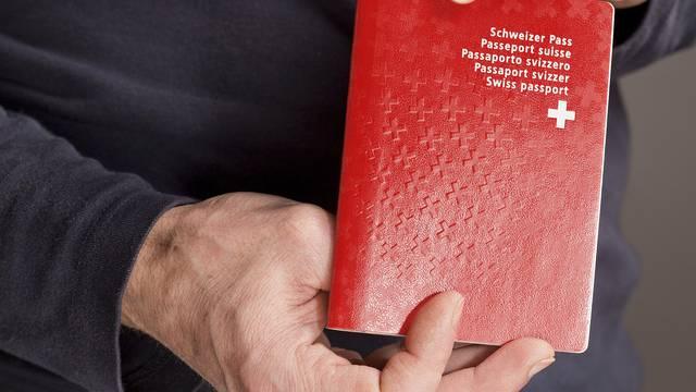 Den Schweizer Pass könnten Ausländer in Basel bald einfacher erhalten (Symbolbild)