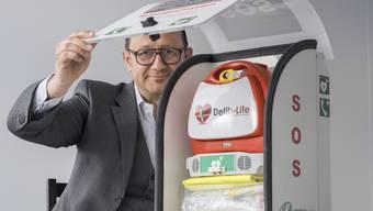 Defibrillator mit eingebautem Mobiltelefon in den Händen von CEO Mirko Djuric.