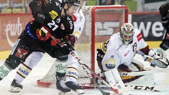 Berns Simon Moser (links) im Duell mit Genfs Goalie Robert Mayer