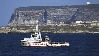 """Die """"Open Arms"""" vor der Küste von Lampedusa."""