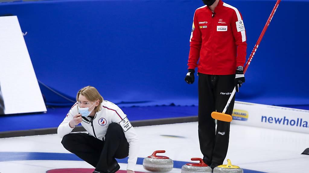 Maskiertes Curling: Russlands Skip Sergej Gluchow (links) und sein Schweizer Antipode Peter De Cruz