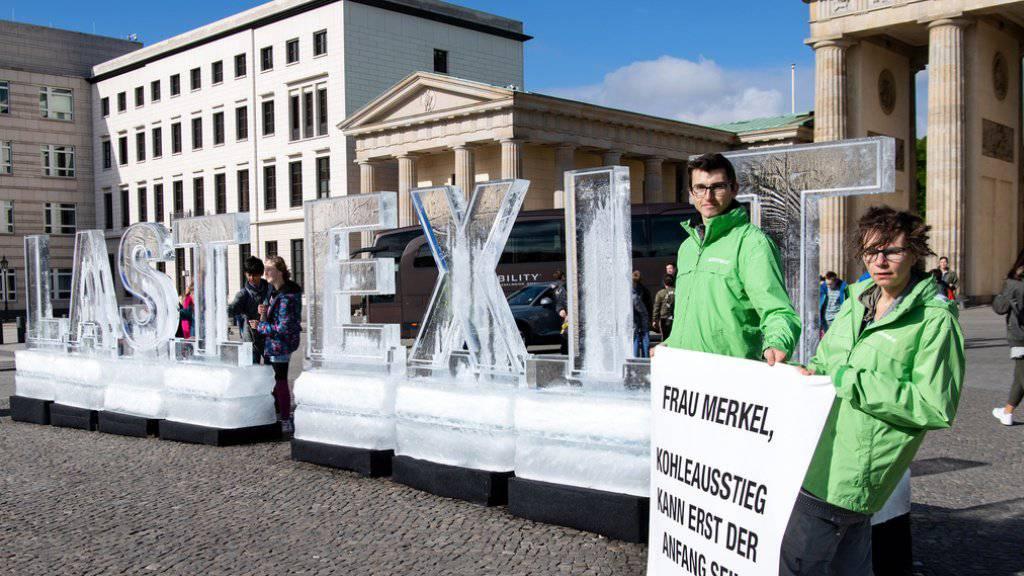 Greenpeace-Aktivisten demonstrierten mit Eisblöcken vor dem Brandenburger Tor gegen Untätigkeit beim Klimaschutz.