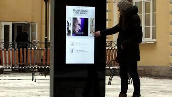 Frau vor Steve-Jobs-Denkmal in St. Petersburg (Archiv)
