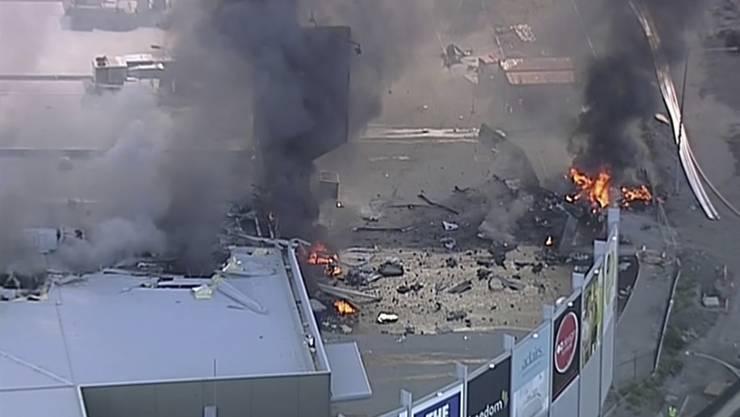 Beim Absturz eines Kleinflugzeugs auf ein geschlossenes Einkaufszentrum nahe der australischen Stadt Melbourne sind am Dienstag mehrere Menschen ums Leben gekommen.