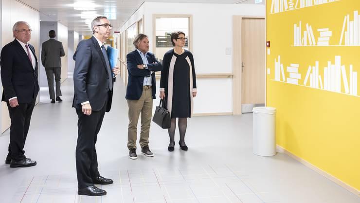 Dieter Conen, Matthias Mühlheim und Thierry Ettlin (v.l.) zeigten Regierungsrätin Franziska Roth den Reha-Neubau.