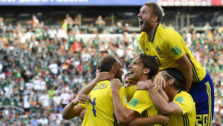 Schwedens Captain Andreas Granqvist (l.) und seine Teamkollegen feiern das zwischenzeitliche 2:0 ausgiebig.