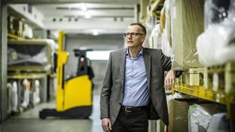 «Eine Teilautomatisierung würde sich wirtschaftlich wohl nicht rechnen»: Logistikchef Thomas Zeder im Polsterlager von Möbel Pfister in Suhr. Chris Iseli
