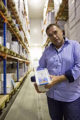 Thomas Jüni ist der Geschäftsführer der Mister Cool AG. Hier im Tiefkühllager.
