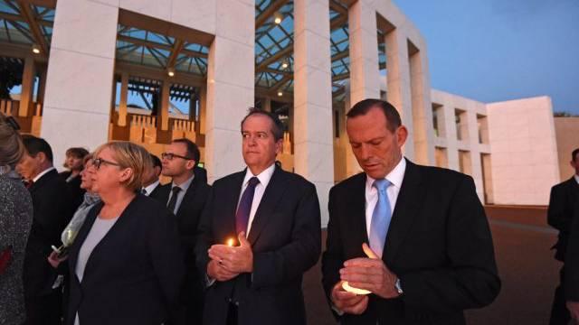 Auch Premier Tony Abbott (rechts) war bei der Mahnwache