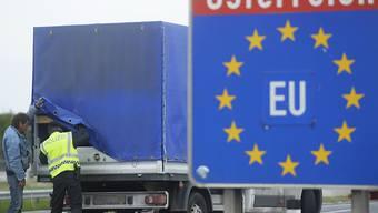 EU-Kommission erlaubt Verlängerung der Grenzkontrollen: Ein österreichischer Polizeibeamte kontrolliert an der Ostautobahn (A4) beim Grenzübergang Nickelsdorf einen Lastwagen (Archiv).