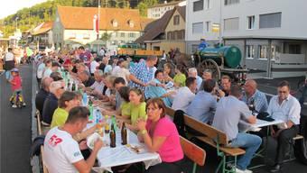 Seit der Eröffnung der sanierten Kantonsstrasse 2011 findet bei gutem Wetter in Mumpf alljährlich ein Strassenfest statt. 2018 wird es zum Hauptanlass des 800-Jahr-Jubiläums – auch für eine Schlechtwettervariante ist gesorgt. archiv