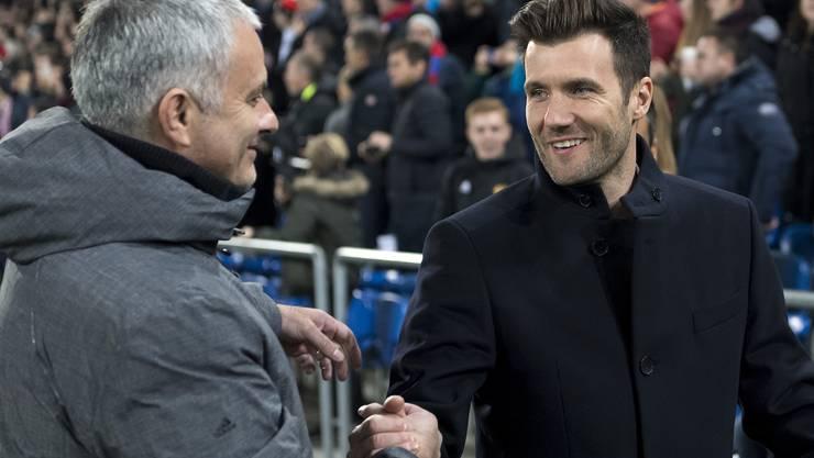 In der Champions League hat Raphael Wicky (r.) – hier beim Handshake mit José Mourinho – gut lachen. In der Liga aber harzt es. Die Umstellung ist nicht einfach.
