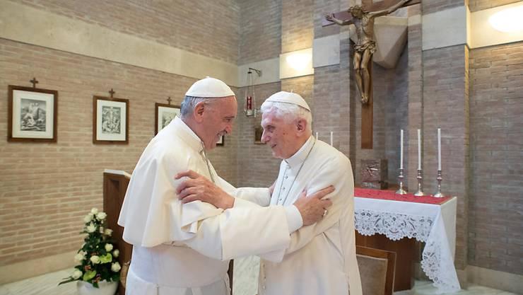 Eine regelmässige Zusammenkunft: Amtierender Papst Franziskus trifft seinen Amtsvorgänger Benedikt XVI. (Archivbild)