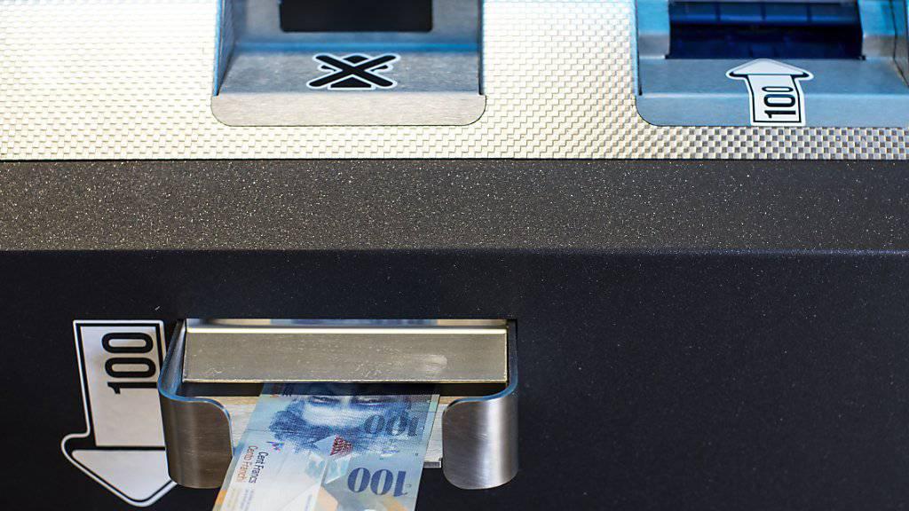 Bitcoins können derzeit einiuges günstiger erstanden werden als noch vor wenigen Tagen. Im Bild: Ein Bitcoin-Automat in Zug, fotografiert im September 2018.